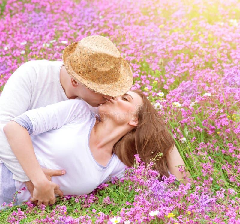 Romantyczni buziaki outdoors fotografia royalty free