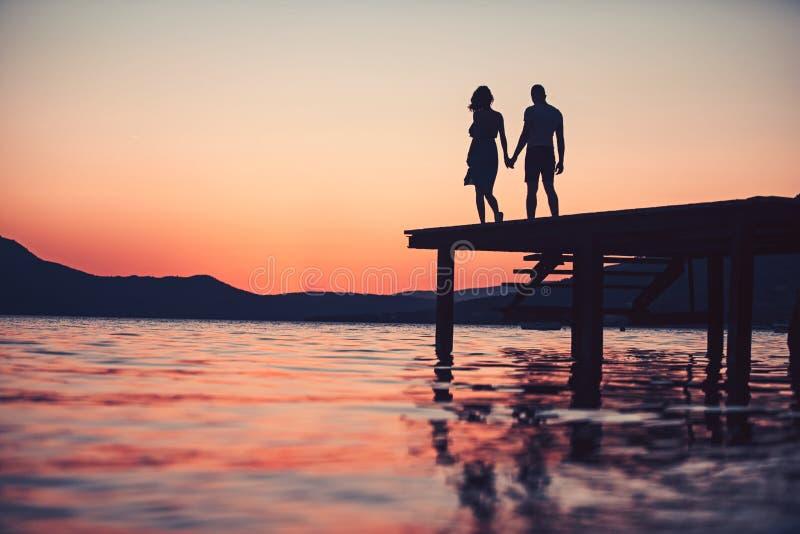 Romantyczni daktylowi i miłość powiązania cieszy się letniego dzień wpólnie para romantyczna data pary sylwetka obrazy royalty free