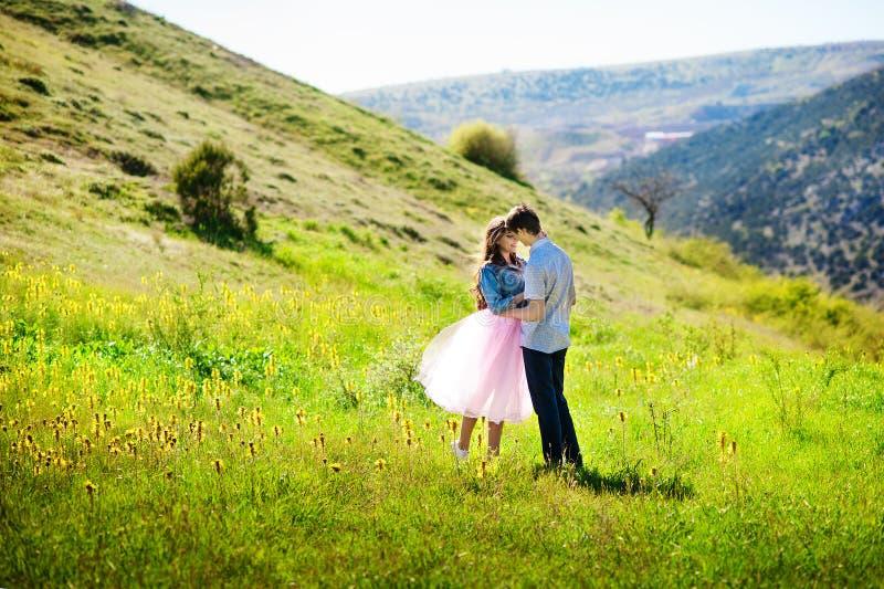 Romantyczni para uściski w polu zdjęcie stock