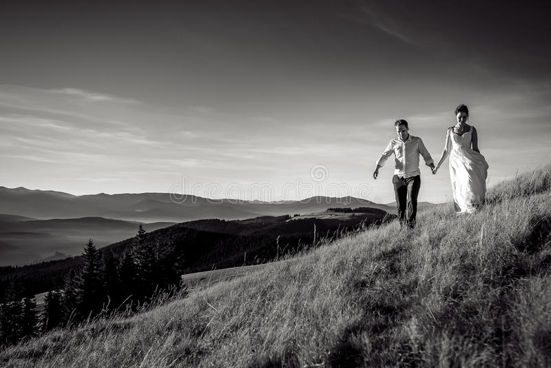 Romantyczny ślub pary odprowadzenie w górach Pekin, china obraz stock