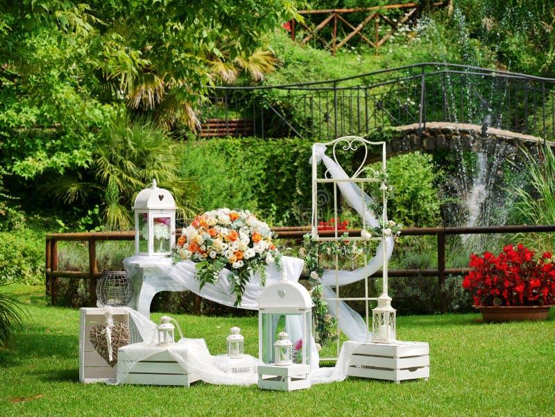 Romantyczny Ślubnej ceremonii dekoracji ogród zdjęcie stock