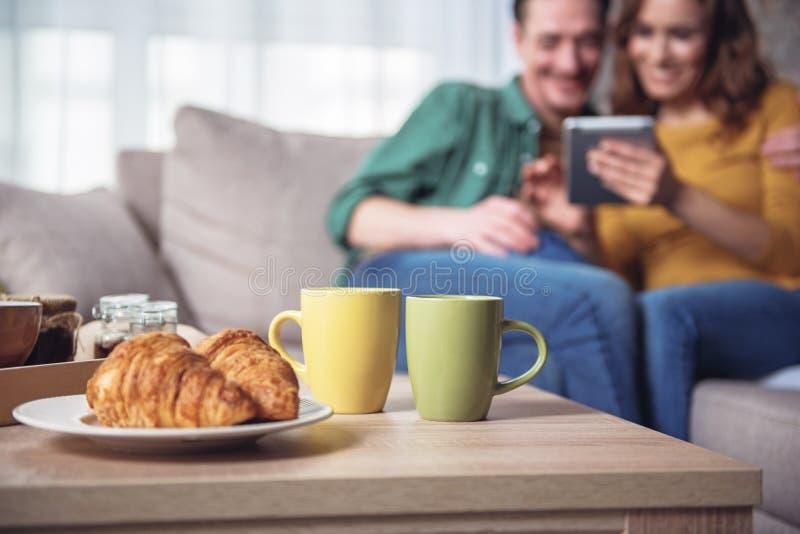 Romantyczny śniadanie dla pary małżeńskiej w domu zdjęcie royalty free