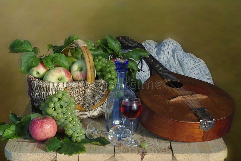 Romantyczny życie z owoc i instrumentem muzycznym wciąż fotografia royalty free