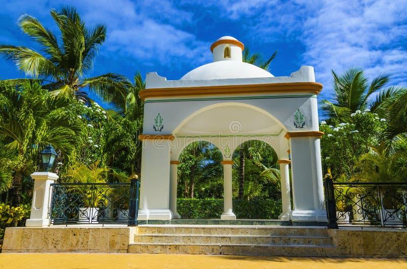 Romantyczny biały ślubny gazebo blisko plaży wśród palmowego warkocza obrazy royalty free