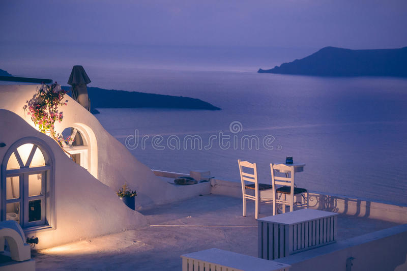 Romantyczny gość restauracji na Santorini wyspie, Grecja fotografia royalty free