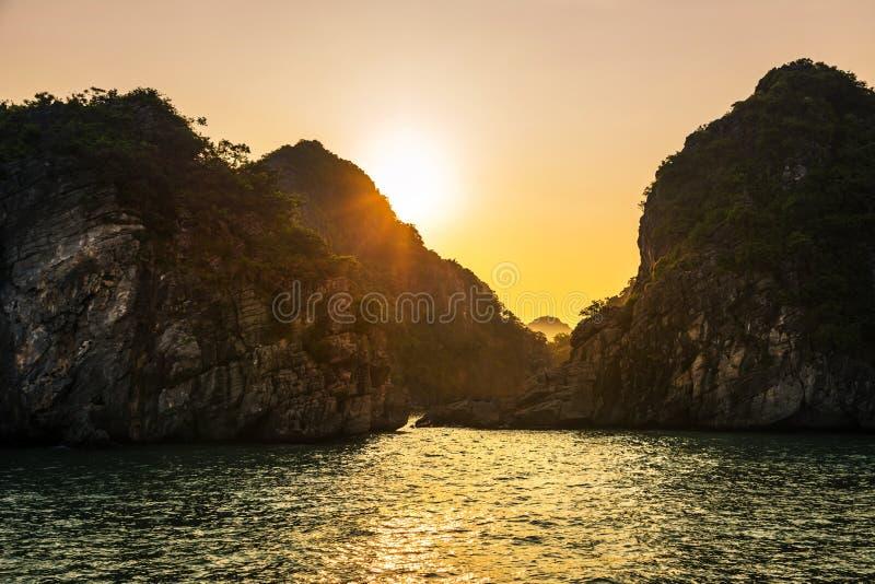 Romantyczny Halong zatoki zmierzch nad wapniem kołysa, Wietnam fotografia royalty free