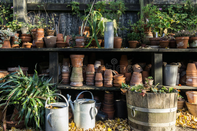 Romantyczny idylliczny roślina stół w ogródzie z starym retro kwiatu garnkiem puszkuje, wytłacza wzory, i rośliny obraz stock