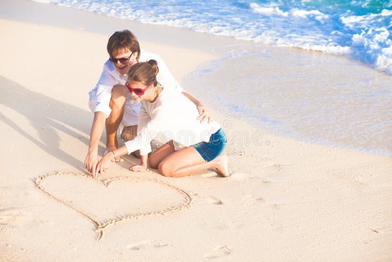 Romantyczny kochanka wakacje na tropikalnej plaży. zdjęcia stock