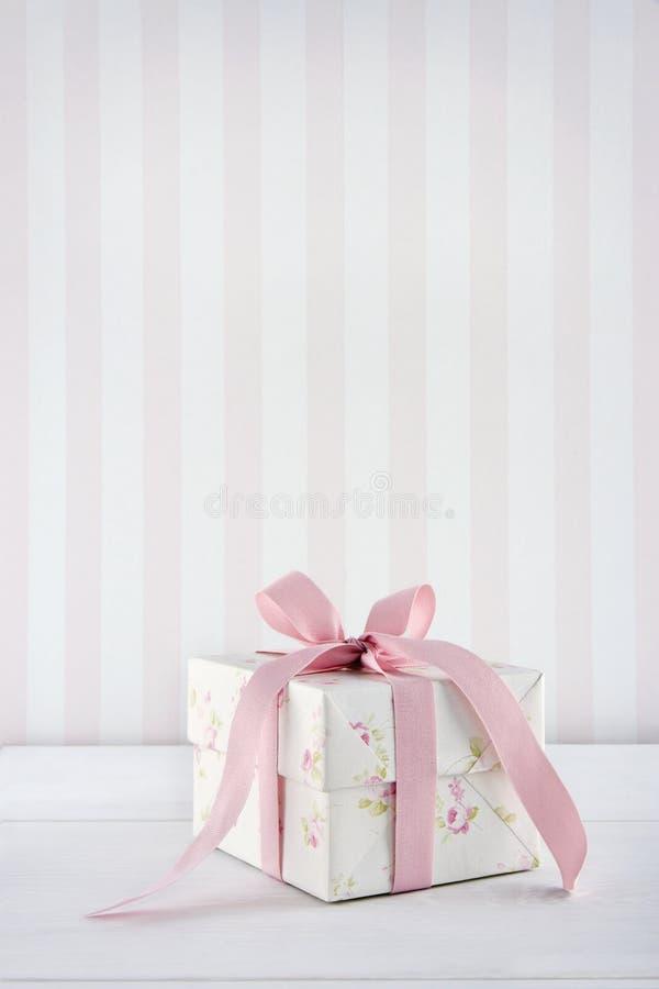Romantyczny kwiecisty deseniowy prezenta pudełko zdjęcie royalty free