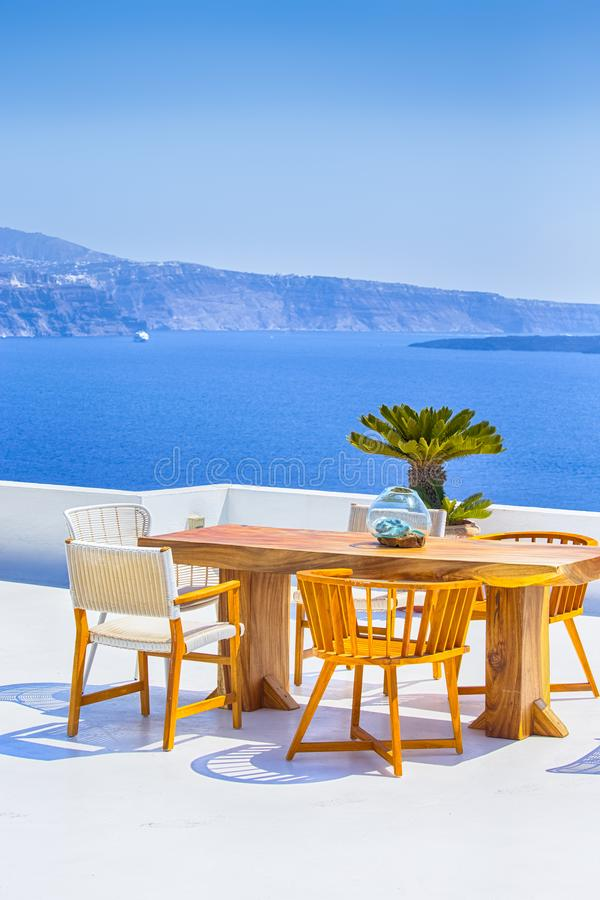 Romantyczny lata na wolnym powietrzu taras w Oia wiosce w Santorini W Grecja obrazy royalty free