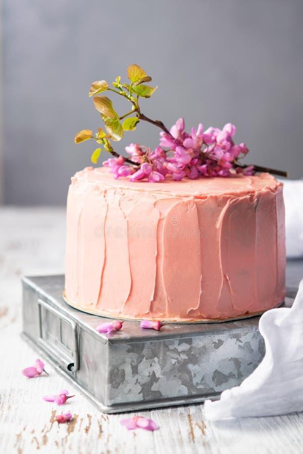 Romantyczny menchia tort dekorujący kwiatami, wieśniaka stylem dla ślubów, urodzinami i wydarzeniami, matka dzień na lekkim tle z obrazy royalty free
