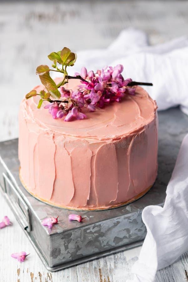 Romantyczny menchia tort dekoruj?cy kwiatami, wie?niaka stylem dla ?lub?w, urodzinami i wydarzeniami, matka dzie? na lekkim tle z obraz stock