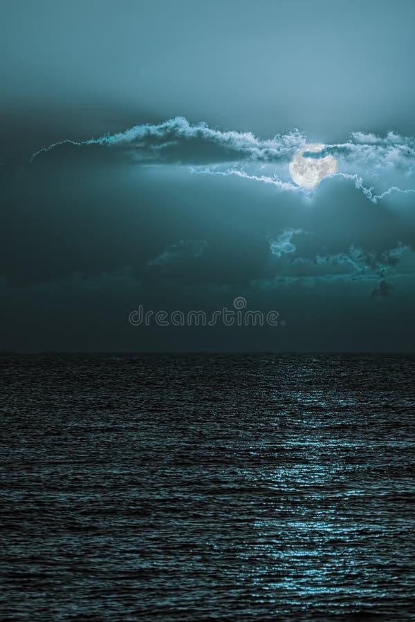 Romantyczny moonscape nad spokojnym morzem Turkusowy błękitnej księżyc niebo obraz stock