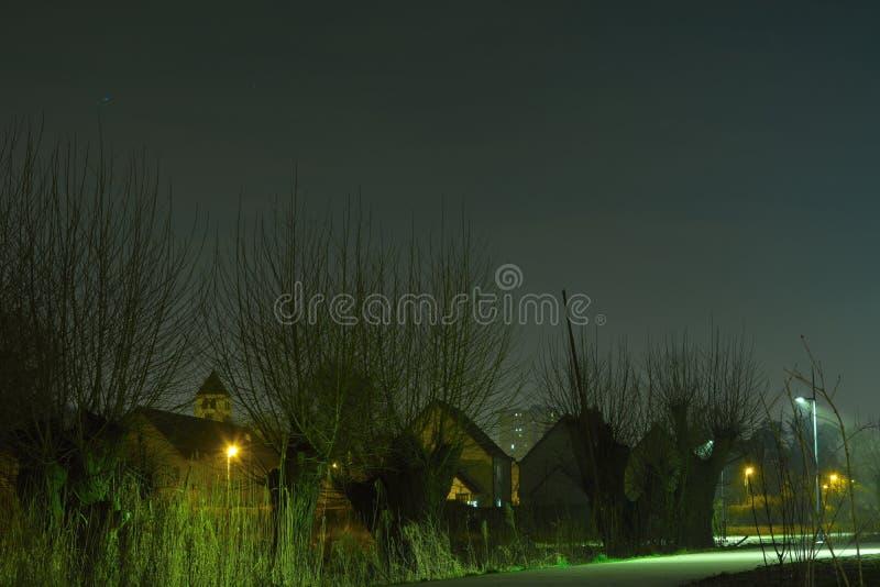 Romantyczny nightscene, droga przemian, zwyczajna droga przy nocą zdjęcie royalty free