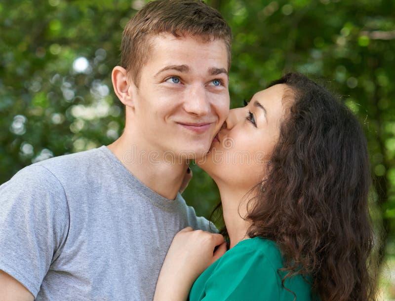 Romantyczny para portret pozuje w miasto parku, dziewczyna całuje faceta, szczęśliwa emocja, lato sezon, kochankowie chłopiec i d obraz stock