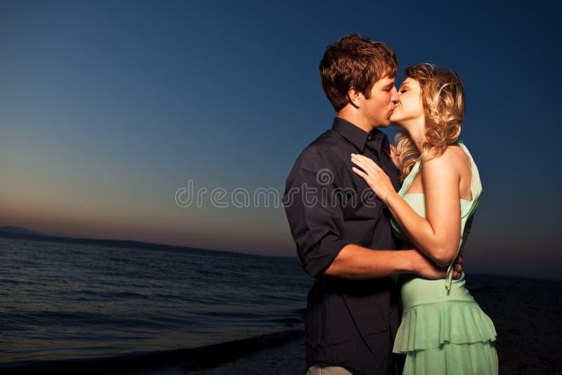 romantyczny pary całowanie zdjęcia royalty free