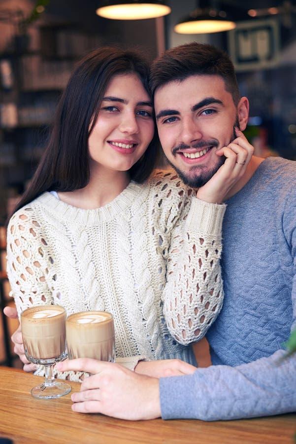 Romantyczny pary datowanie przy kawiarnią podczas kawowej przerwy zdjęcia stock