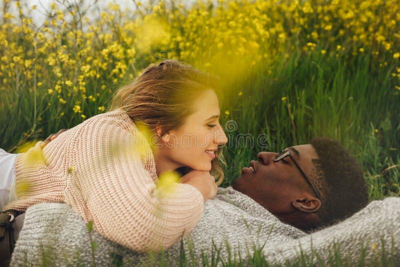 Romantyczny pary lying on the beach w łące zdjęcie royalty free