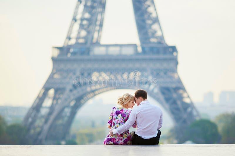 Romantyczny pary obsiadanie blisko wieży eifla w Paryż, Francja fotografia stock