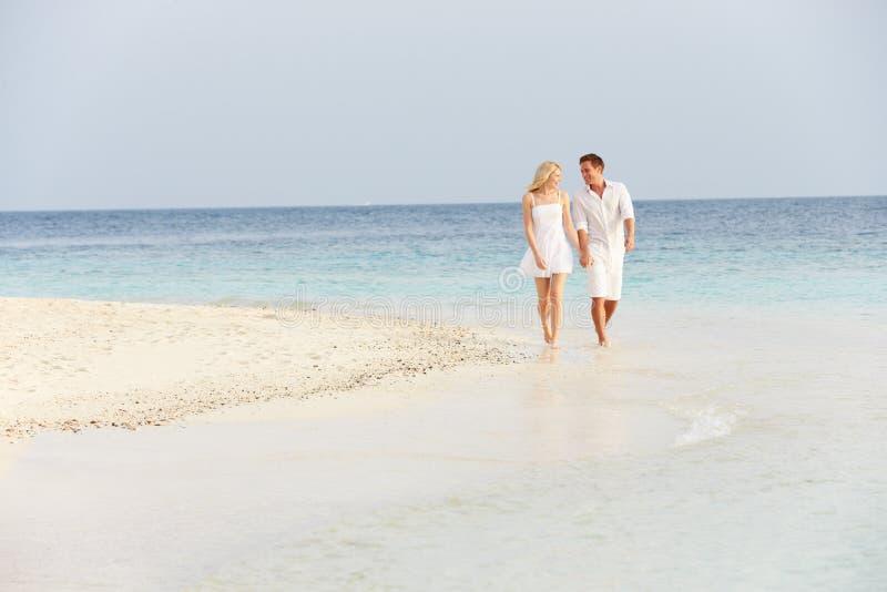 Romantyczny pary odprowadzenie Na Pięknej Tropikalnej plaży fotografia royalty free