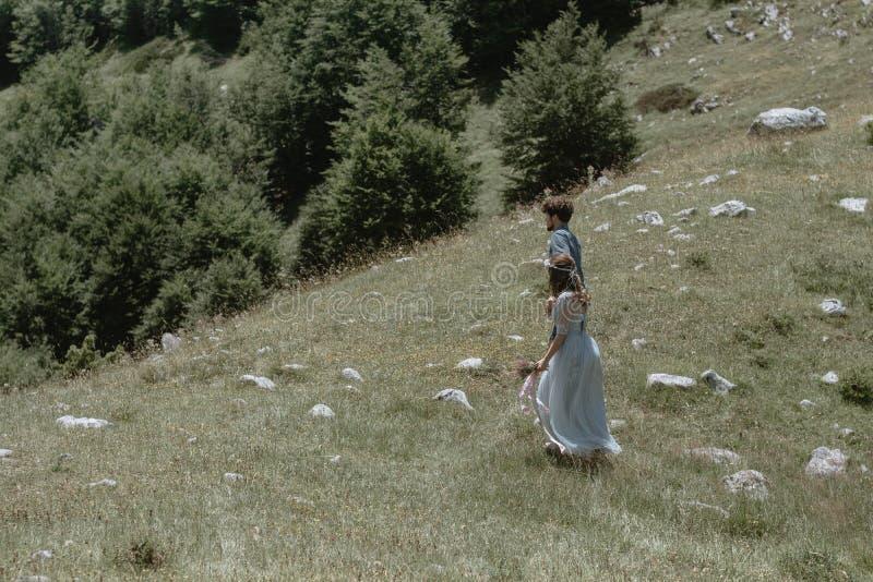 Romantyczny pary odprowadzenie wzdłuż tła góry zdjęcie stock