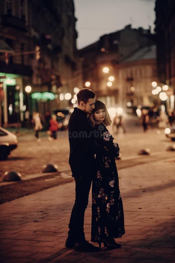 Romantyczny pary przytulenie w evening Paryską ulicę, przystojny bearde zdjęcia royalty free