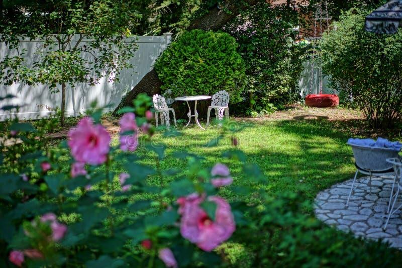 Romantyczny podwórka stół dla 2 zdjęcie stock