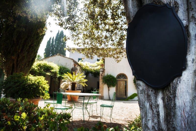 Romantyczny podwórze w Włoskiej willi obraz stock