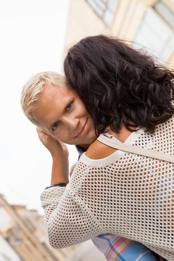 Romantyczny przystojny mężczyzna ściska jego dziewczyny zdjęcia stock