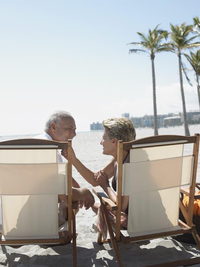 Romantyczny Starszy pary obsiadanie Na Deckchairs obraz stock