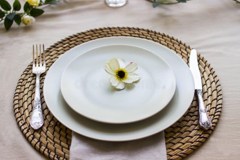 Romantyczny stołowy położenie dla dwa z kwiaty głębokość pola płytki obrazy royalty free