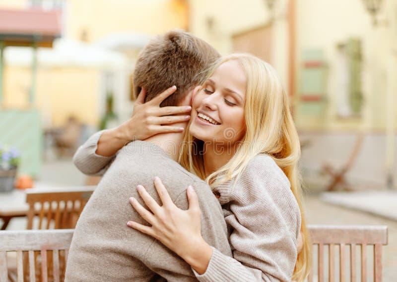 Romantyczny szczęśliwy pary przytulenie w kawiarni fotografia royalty free
