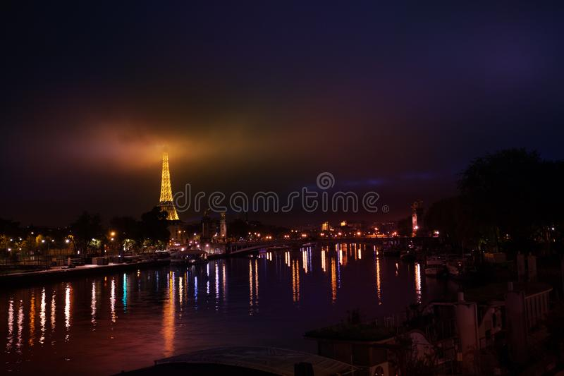 Romantyczny widok noc Paryż z Eifel wierza zdjęcie stock