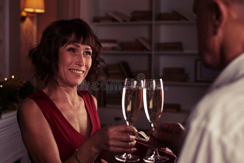 Romantyczny wieczór szczęśliwa starsza para z szampańskich fletów lo obrazy stock
