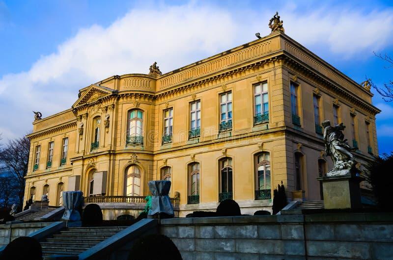 Romantyczny wspaniały piękny widok stary bogaty szlachetny rodzinny dworu pałac zdjęcie stock