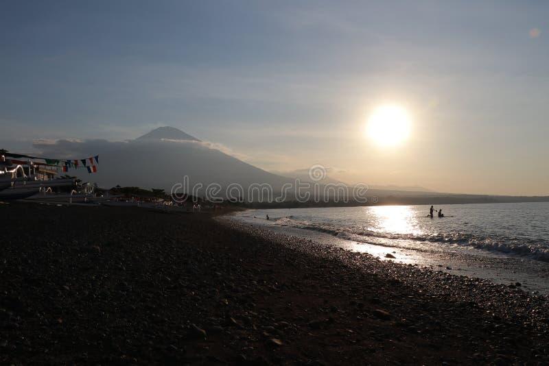 Romantyczny zmierzch na dennym wybrzeżu w Indonezja Surfingowiec iść cieszyć się paddleboard przy zmierzchem Linii brzegowej pano obraz royalty free