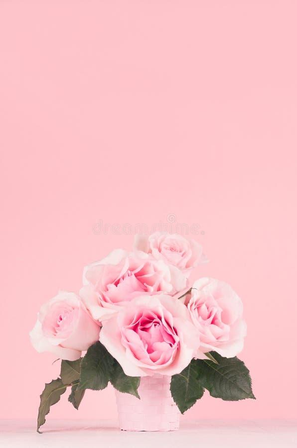 Romanze Rosenblumenstrauß des neuen Frühlinges in der rosa Pastellfarbe auf weißem hölzernem Brett, Kopienraum stockbild