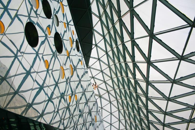 Romanzo architettonico moderno e contemporaneo con la colonna d'acciaio di vetro fotografie stock