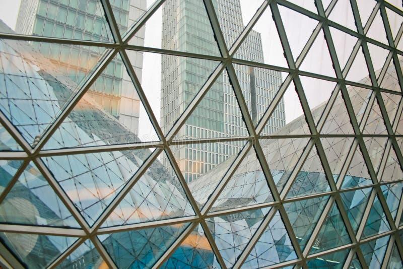 Romanzo architettonico moderno e contemporaneo con la colonna d'acciaio di vetro immagine stock libera da diritti
