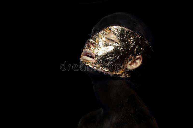 Romanzo. Immaginazione. Creatura futuristica nella maschera mistica pazza e scrofa giovane fotografie stock