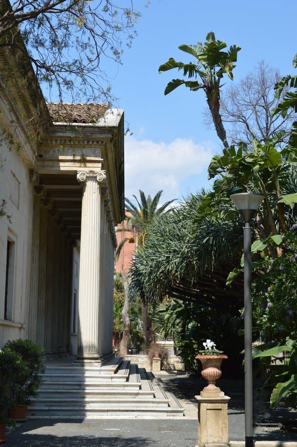 Romaren stenar portiken i Catania royaltyfri bild