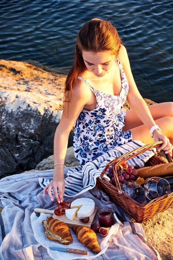 Romatic picknick på stranden royaltyfri fotografi