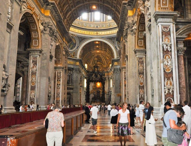 ROME-AUGUST 10 :圣伯多禄大殿的内部2009年8月10日的在梵蒂冈。 库存照片