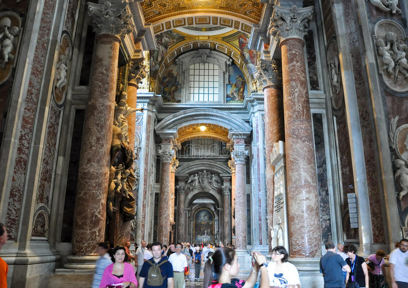 ROME-AUGUST 10 :圣伯多禄大殿的内部2009年8月10日的在梵蒂冈。 库存图片