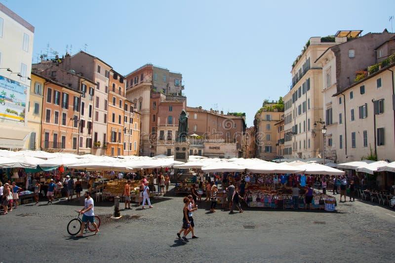 ROME-AUGUST 6: Campo de Fiori med monumentet till filosofen Giordano Bruno på Augusti 6,2013 i Rome. Campo de Fiori är en rect royaltyfri foto