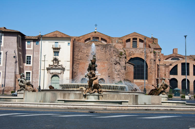 ROME-AUGUST 6: Piazzadella Repubblica och springbrunnen av najaderna i Rome, Italien. royaltyfria foton