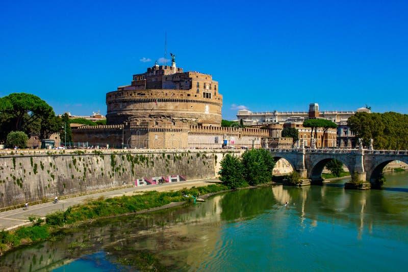 Rome, brug van de engelen, boven het stromen Tiber stock afbeelding
