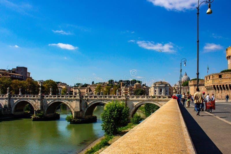 Rome, brug van de engelen, op de achtergrond de koepel van St Peter royalty-vrije stock fotografie