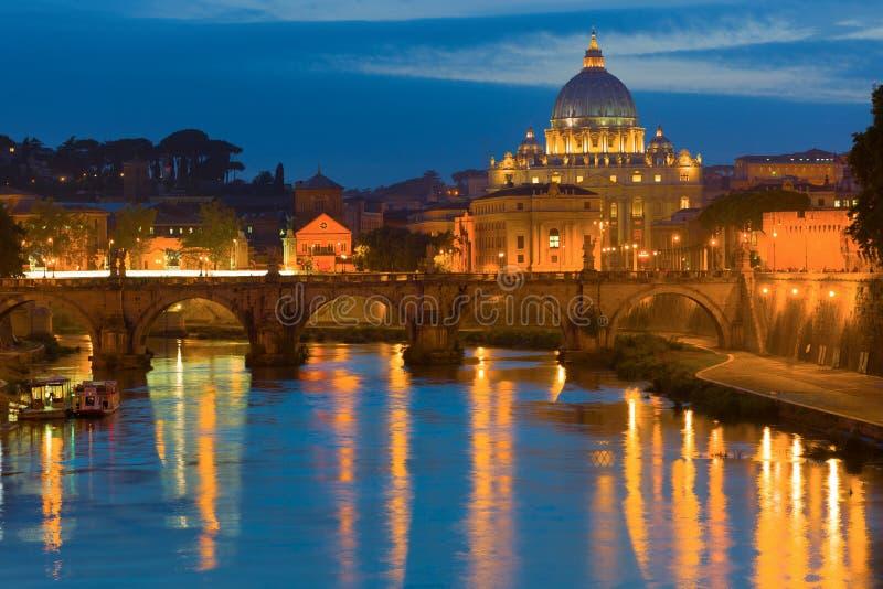 Rome en Vatikaan in een de zomernacht stock foto