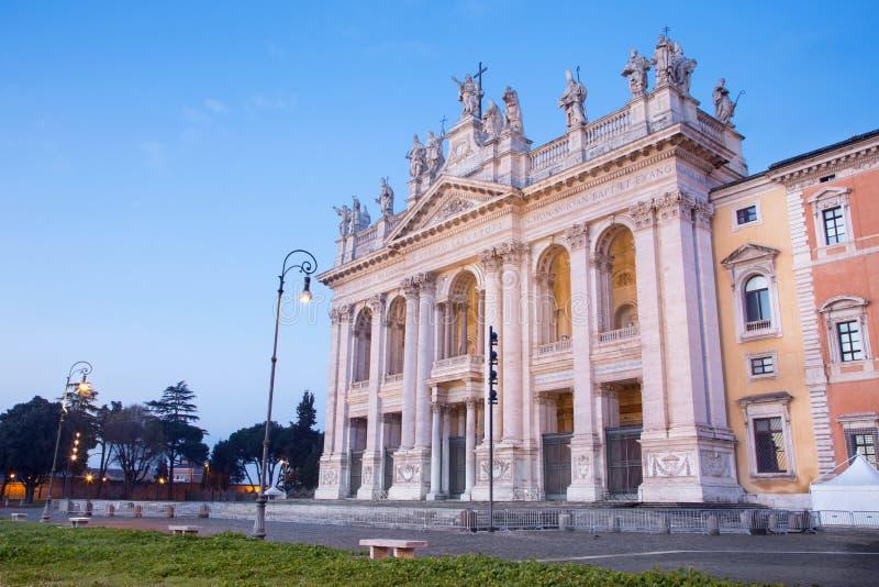 Rome - fasaden av basilikan för St John Lateran & x28; Basilikadi San Giovanni i Laterano& x29; på skymning royaltyfri bild